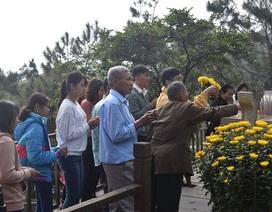 Hàng ngàn lượt người viếng mộ Đại tướng, vãn cảnh chùa ngày đầu năm