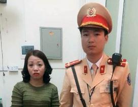 Hà Nội: Cảnh sát giao thông tìm mẹ cho bé gái 5 tuổi đi lạc