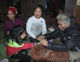 Quảng Bình: Người Khùa cầu may mắn đầu năm với tục buộc chỉ cổ tay