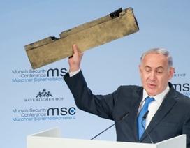 Thủ tướng Israel giơ mảnh vỡ máy bay giữa hội nghị quốc tế để chỉ trích Iran