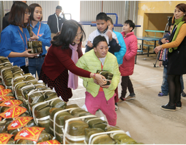 Thầy trò trường ĐH Đại Nam gói gần 2.000 bánh chưng trao tặng người khó khăn