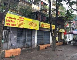 Đầu năm, hàng quán vẫn đóng cửa, dân văn phòng đội mưa tìm chỗ ăn