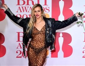 Những bộ cánh thảm họa trên thảm đỏ BRIT Awards 2018