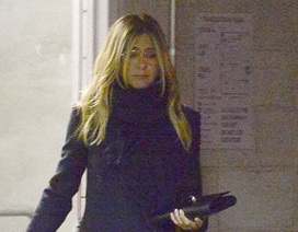 Jennifer Aniston buồn phiền xuất hiện trên phố