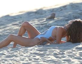 Alessandra Ambrosio bốc lửa trên biển