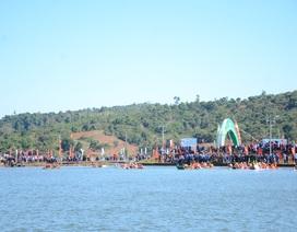 Hàng ngàn người cổ vũ đua thuyền trên… núi