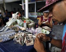 Tiền mất giá, gia đình Venezuela gấp thành túi, thắt lưng kiếm kế sinh nhai