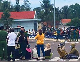 Dân dàn hàng ngang trên đường phản đối dự án chế biến thủy sản