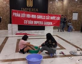 Hà Nội: Bị cắt nước, cư dân chung cư cao cấp gội đầu giữa sảnh
