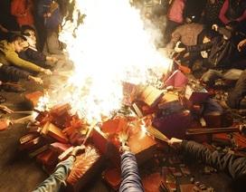 Hà Nội: Dân làng rước lửa về nhà trong đêm cầu may mắn