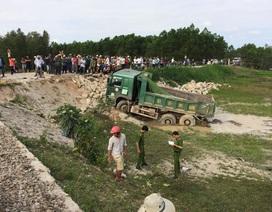 Xe tải bị tàu hỏa hất xuống ruộng, tài xế văng khỏi cabin