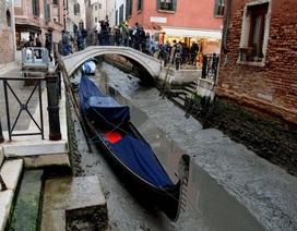 """Trăng """"máu"""" hút cạn nước kênh đào ở Venice"""