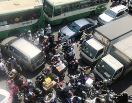 """Kẹt xe trầm trọng ở cửa ngõ Sài Gòn, cầu vượt thép """"bất lực"""""""