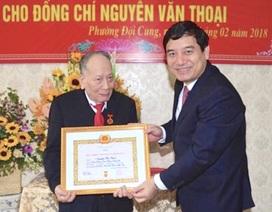 Trao Huy hiệu 70 năm tuổi Đảng cho cán bộ lão thành