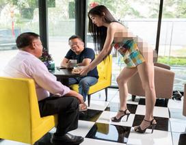 """Quán café gây """"choáng"""" với nữ phục vụ mặc đồ... cũng như không"""