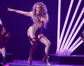 Jennifer Lopez thay liên tục loạt trang phục bốc lửa