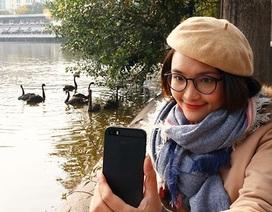 """Niềm vui """"chẳng tày gang"""" ngắm thiên nga tại Hồ Gươm của bạn trẻ Hà Nội"""
