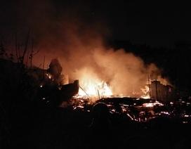 Hà Nội: Xưởng gỗ bốc cháy ngùn ngụt, lan sang xưởng sửa chữa ô tô