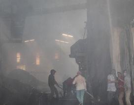 Cháy nhà máy trong ngày Tết ông Công, 1 công nhân bị bỏng