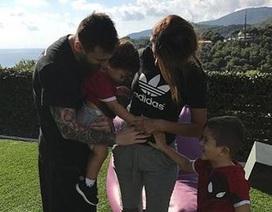 Messi cùng bà xã háo hức khoe tên con trai sắp chào đời