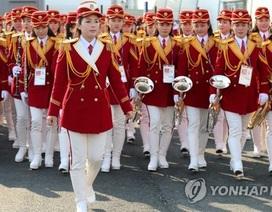Đội cổ động Triều Tiên xinh đẹp tỏa sáng tại lễ thượng cờ ở Hàn Quốc