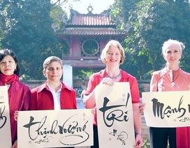 4 nữ đại sứ chúc Tết người dân Việt Nam bằng thư pháp