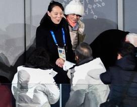 Cú bắt tay lịch sử giữa em gái ông Kim Jong-un và Tổng thống Moon Jae In