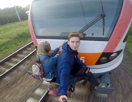 Cặp đôi trẻ liều mạng đu lên tàu điện cao tốc để hẹn hò