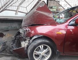 Xe 4 chỗ tông taxi, đâm sập cửa quán ăn