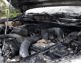 Xe Mazda bốc khói cháy đầu khi đang chạy