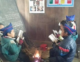 Học sinh Huồi Cọ đốt lửa sưởi ấm học bài trong lớp