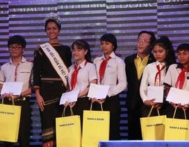 Hoa hậu H'Hen Niê trích 70% tiền thưởng trao học bổng cho HS nghèo hiếu học