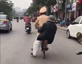 Thượng úy CSGT Hà Nội đạp xe chở cụ già lạc đường về nhà