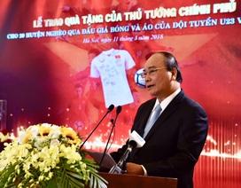 Thủ tướng trao 20 tỷ đấu giá bóng, áo của tuyển U23 cho 20 huyện nghèo