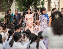 Đỗ Mỹ Linh bị học sinh bủa vây sau tin đồn tình cảm với Bùi Tiến Dũng