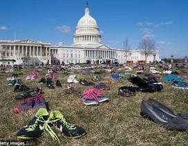 7.000 đôi giày của trẻ em thiệt mạng vì súng đạn phủ đầy trước quốc hội Mỹ