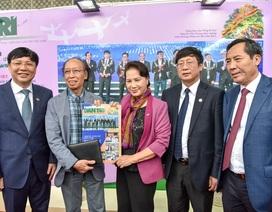 Chủ tịch Quốc hội thăm gian trưng bày báo Dân trí tại Hội báo 2018