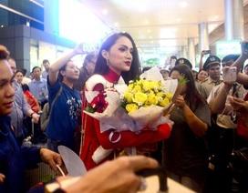 """Sân bay như """"vỡ trận"""" khi hoa hậu chuyển giới Hương Giang về nước"""