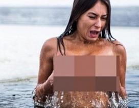 Cô gái Ukraine khỏa thân tắm sông băng để xinh đẹp hơn