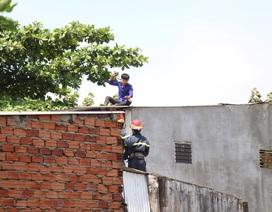 Nam thanh niên quậy tưng trên mái nhà, ném đá vào lực lượng giải cứu