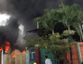 Xưởng giày dép cháy ngùn ngụt, lính cứu hoả phá tường nhà dân chữa cháy