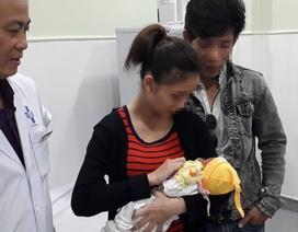 Người mẹ trẻ nhận lại con sau 10 ngày bỏ rơi