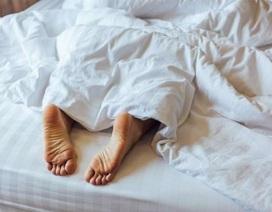 Đây là lý do bạn nên thò chân ra khỏi chăn khi ngủ