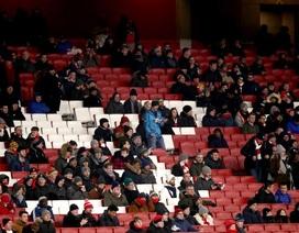 Cổ động viên Arsenal quay lưng, sân Emirates vắng vẻ lạ lùng