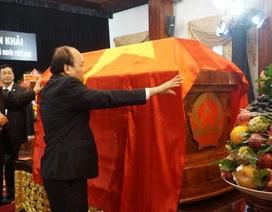 Thủ tướng Nguyễn Xuân Phúc chỉnh quốc kỳ phủ trên linh cữu ông Phan Văn Khải