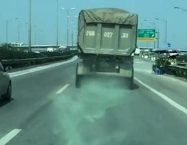 """Khi xe tải rắc """"thính"""" trên đường"""