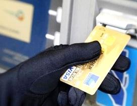 4 người Trung Quốc nghi sao chép dữ liệu tại ATM rồi rút tiền bằng thẻ giả