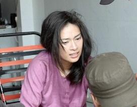"""Ngô Thanh Vân đau đớn khi bị ngã đến """"nứt xương đầu gối"""" trên phim trường"""