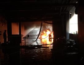 Bùng cháy trở lại trong hầm chung cư vụ cháy 13 người chết