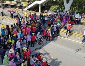 Công nhân kéo ra quốc lộ phản đối cách tính lương mới, giao thông ùn tắc